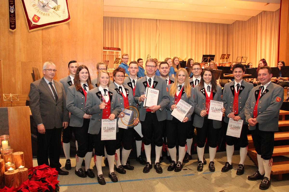 Fotos mit den geehrten Vereinsmitgliedern