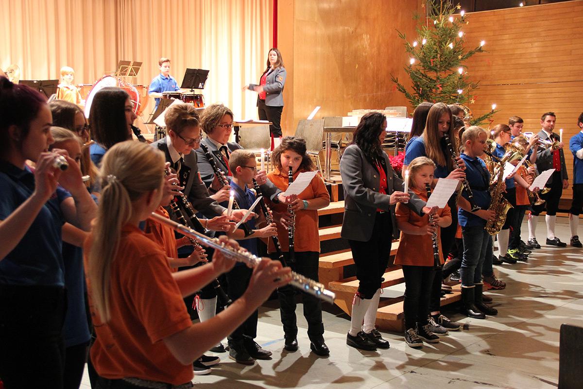 Foto von der Konzerteröffnung durch die Bambinis und Jugendkapelle